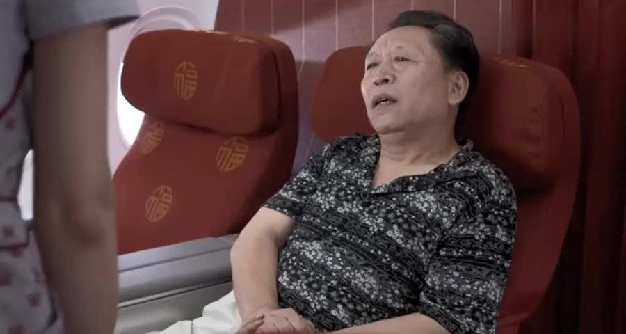 乘客是素食主义者,不料空姐却意外送上了肉汤,乘客一喝反应贼逗