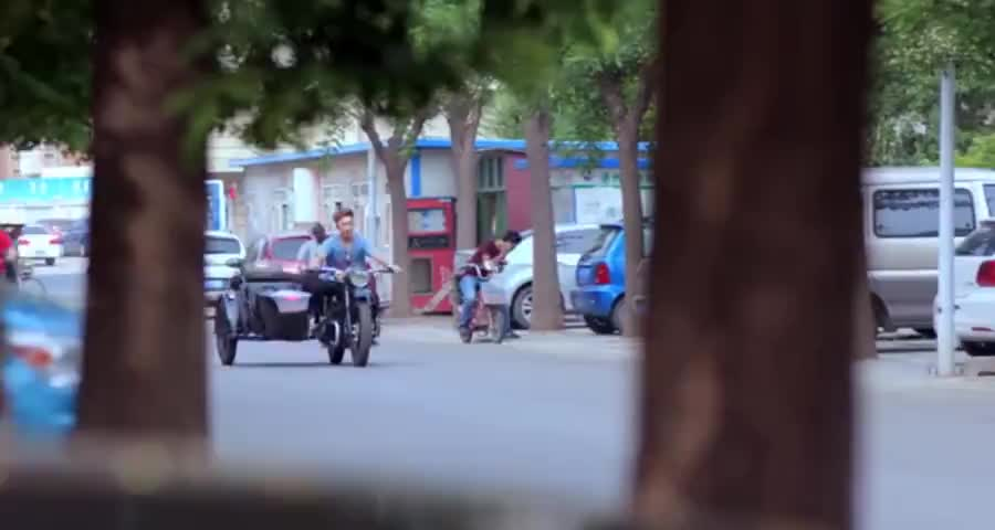富二代开路虎,看见女友弟弟骑着摩托车,直接说:这路虎你拿去