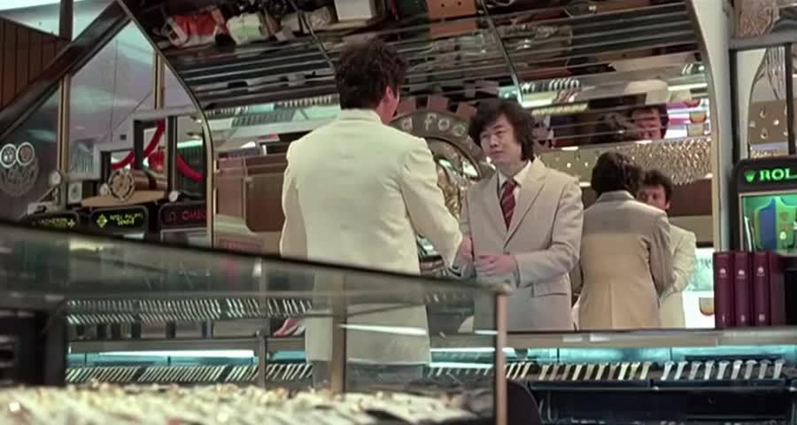 男子看中一块金表,想方设法偷走,不料下一刻他就后悔了