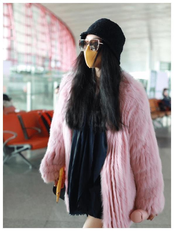 机场下衣失踪却带着保温杯,冷还是热?