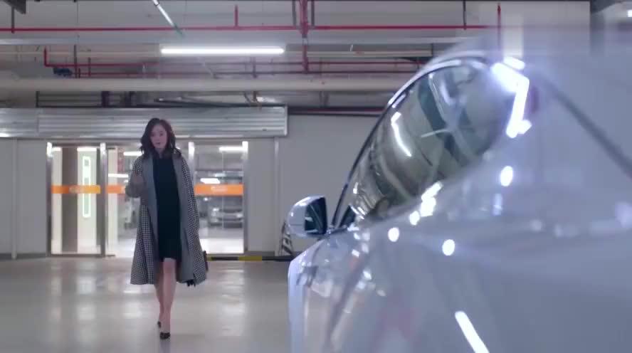 霸道总裁翘着兰花指说,我从来不坐女人开的车,美女的话逗了