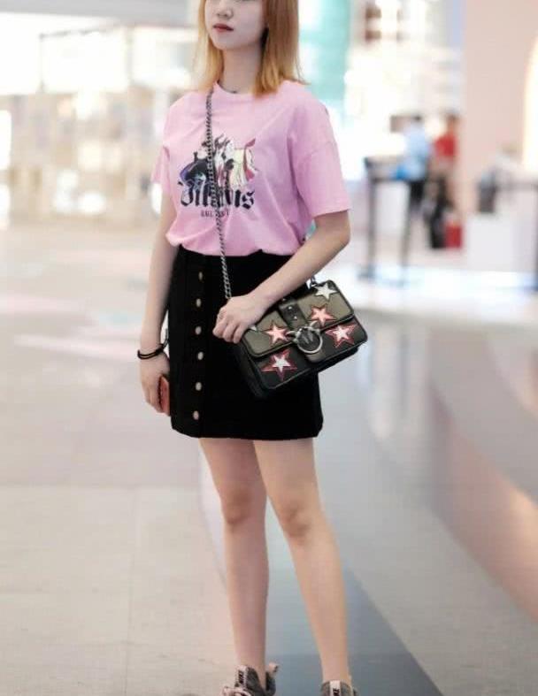 简洁时髦的裙子搭配,清爽唯美的感觉,轻松穿出青春的魅力