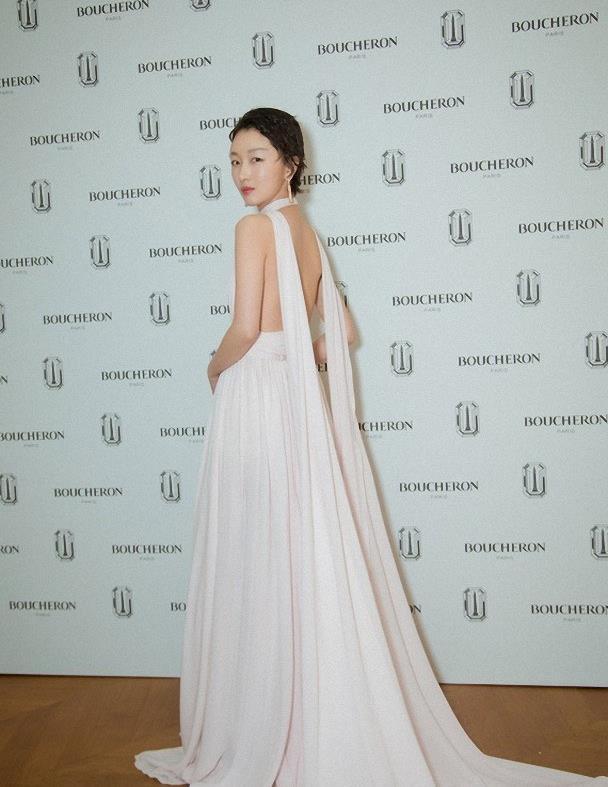 被周冬雨惊艳了,穿白色V领连衣裙凹造型,秀出美背太吸睛