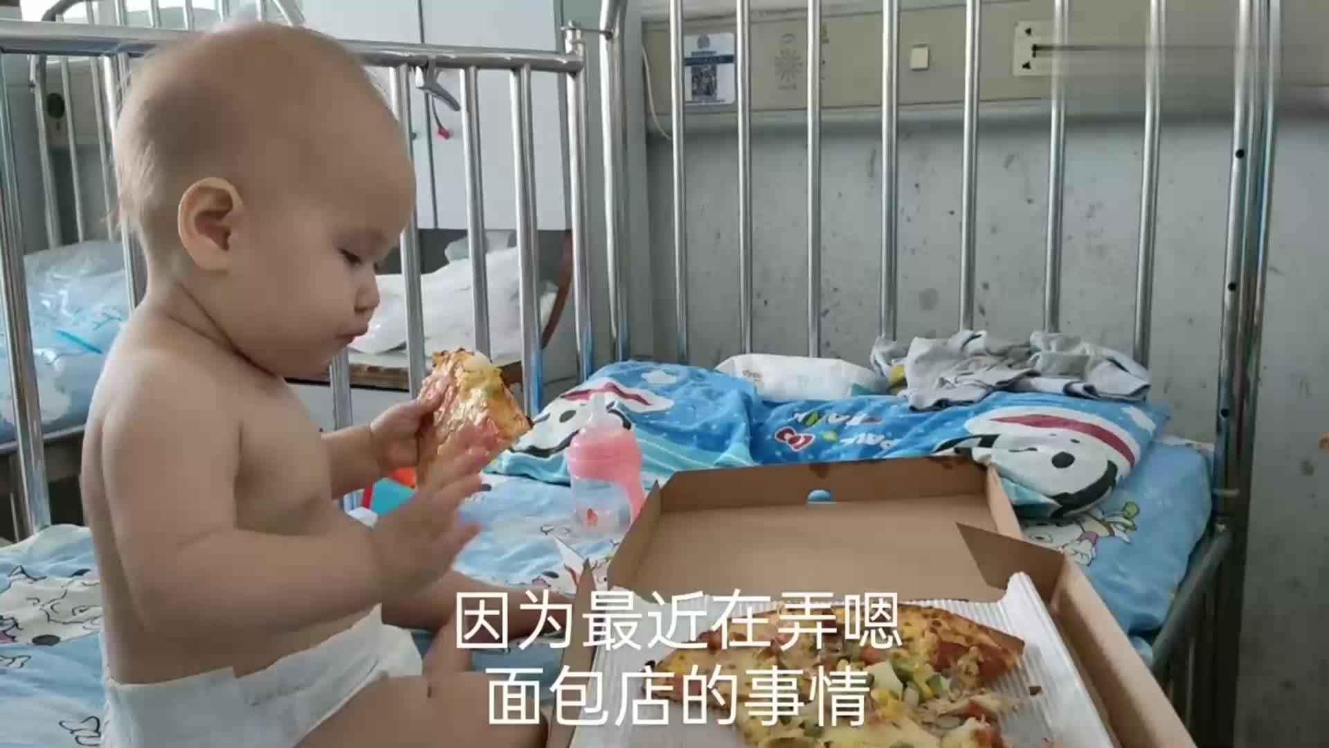 10个月宝宝阿丽娜发生高热惊厥,妈妈来不及穿衣服裹着毛毯去医院