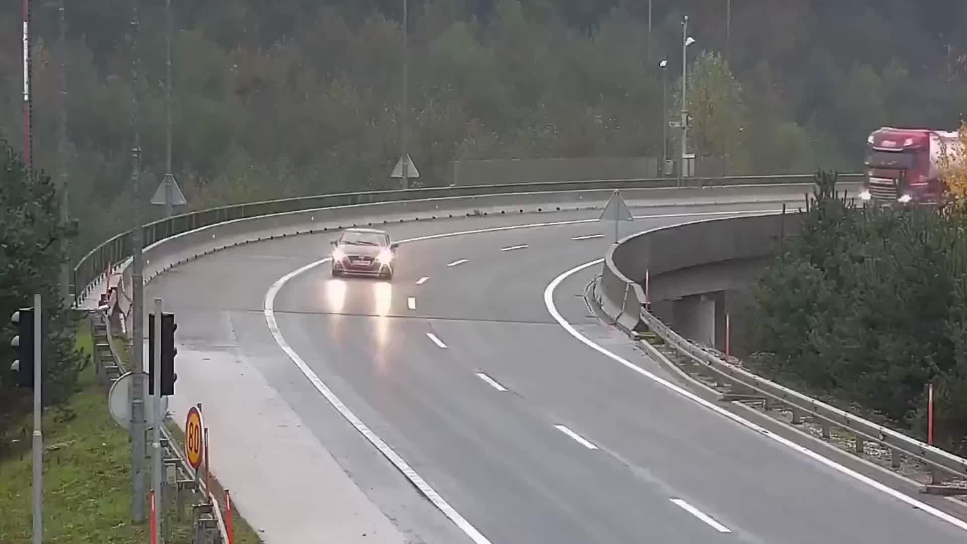 大货车失控坠桥,你看清事故的罪魁祸首了吗?