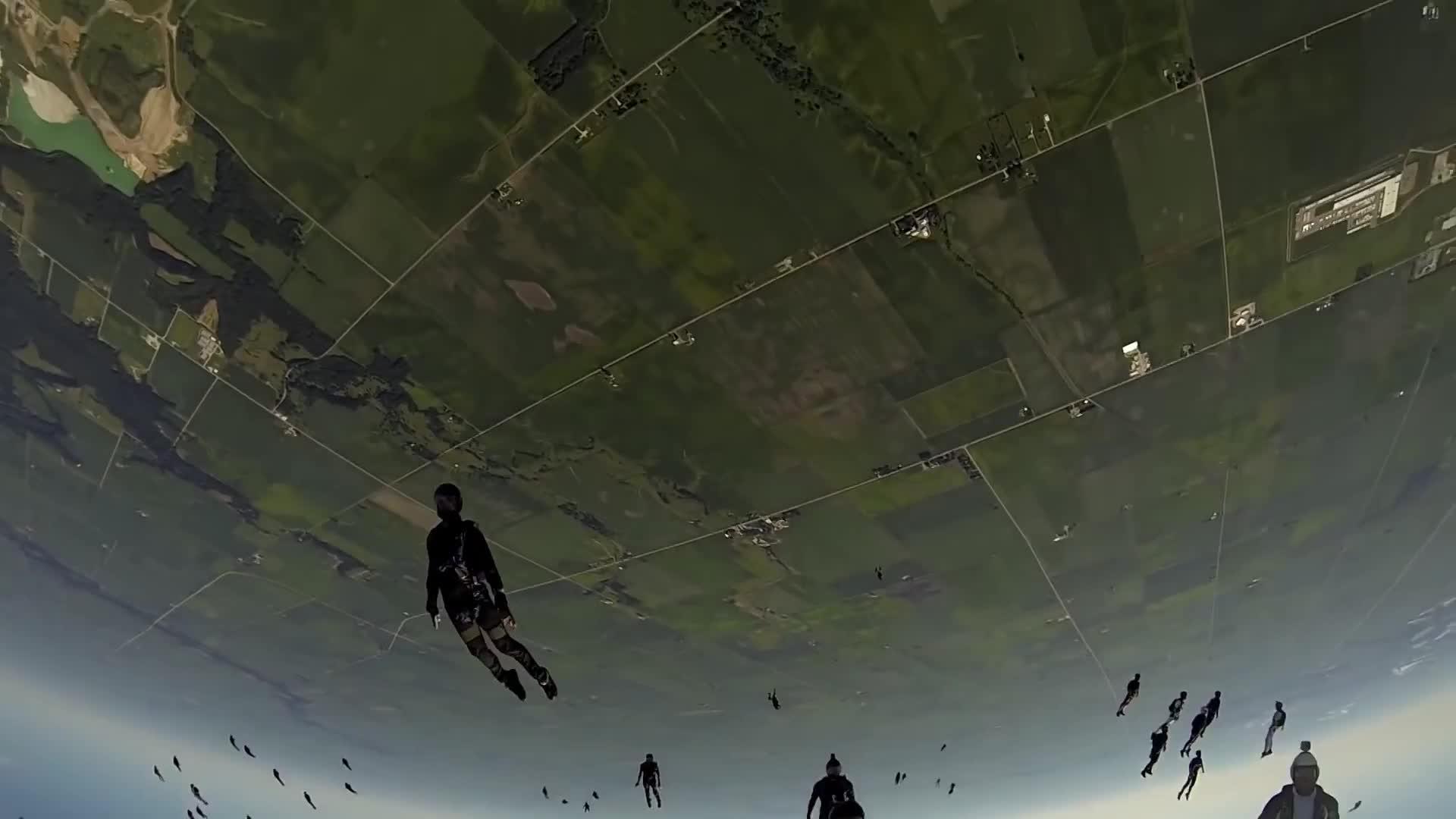 跳伞不带降落伞,老外挑战万米高空无保护降落,镜头拍下全过程
