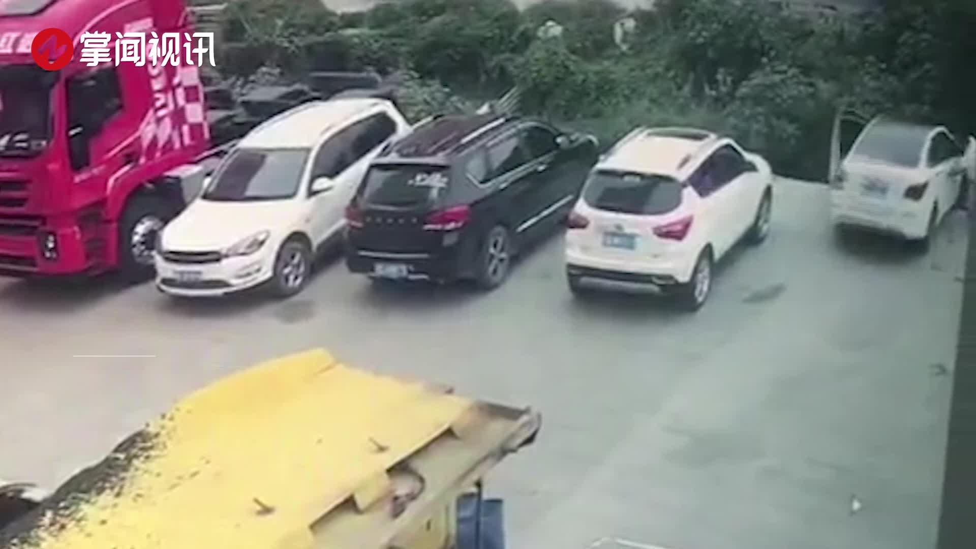 女司机停车后发现轮胎不正 上车调整结果开进河沟里