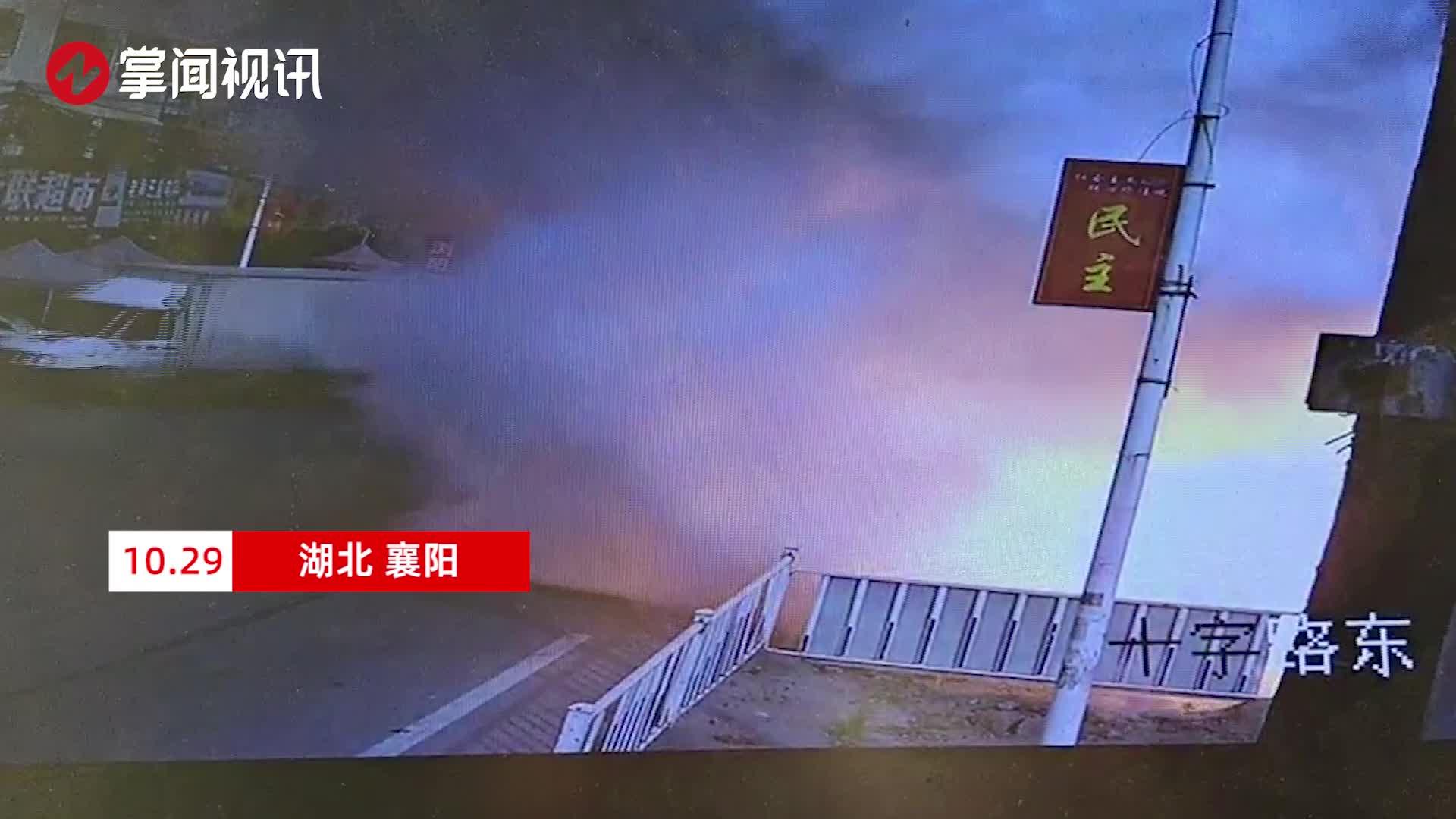 疑似危化品罐车发生泄露 瞬间火花喷射浓烟弥漫