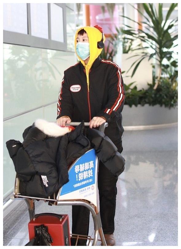 """窦靖童还是这么时髦!穿""""鸡冠卫衣""""走机场,衣品不输老妈王菲"""