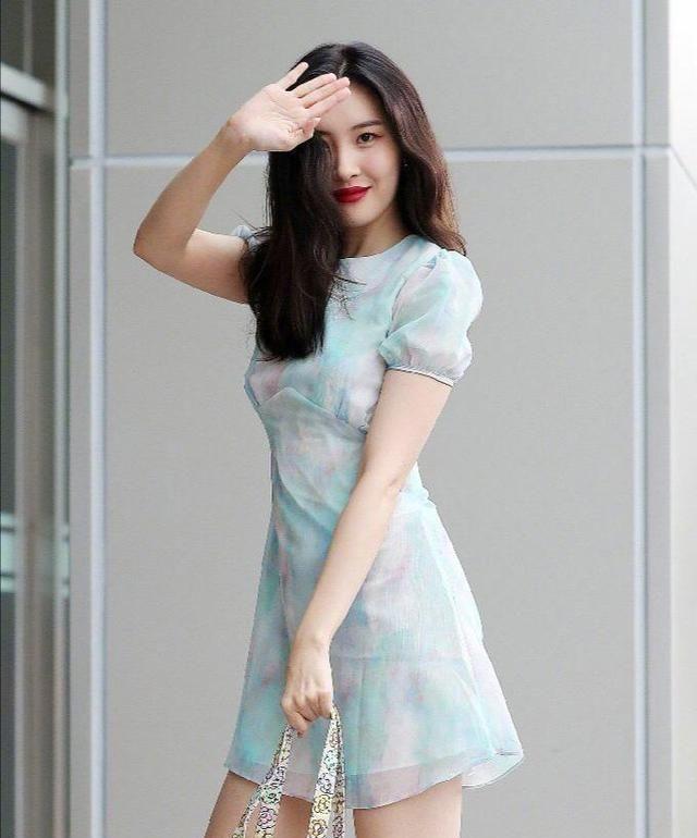宣美上班私服look,薄荷纱质连衣裙搭配碎花小包包,清新甜美