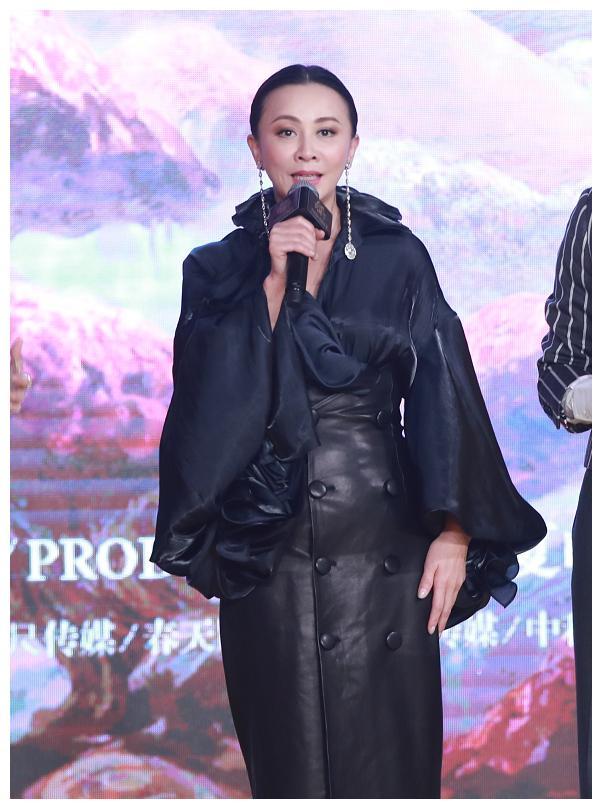 """刘嘉玲这么穿真""""错了"""",裙子穿的这么紧,肚子凸起的直反光"""