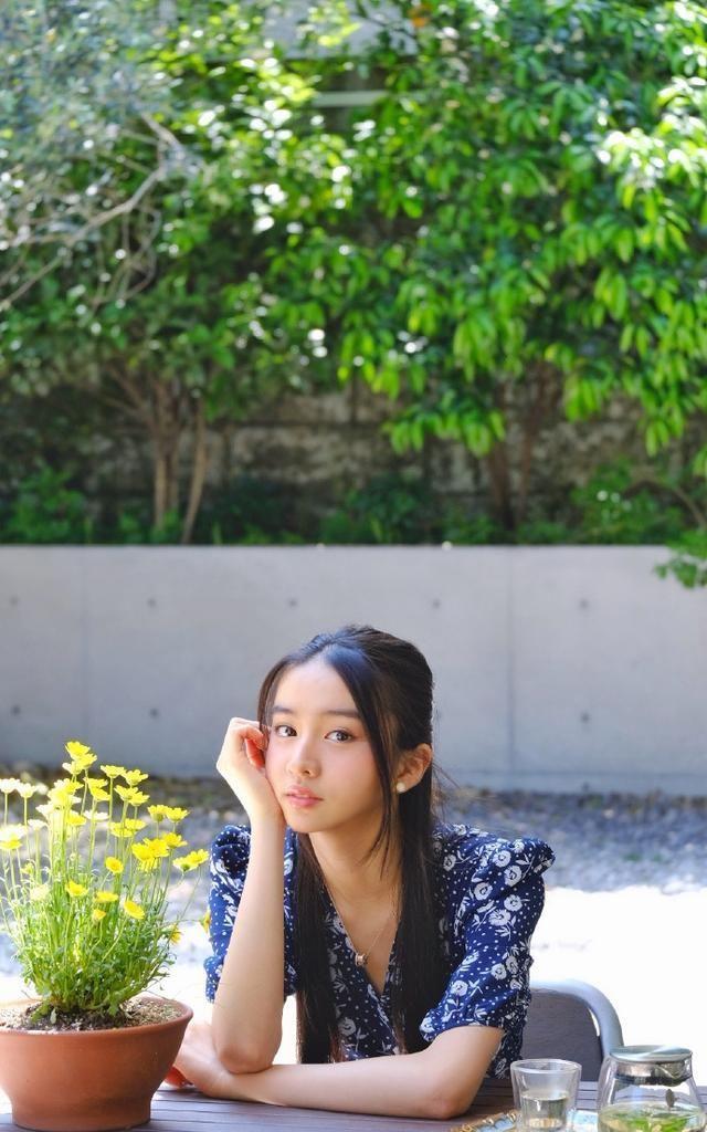 组图:木村光希花园中享受下午茶 穿碎花裙托腮甜笑温柔清纯