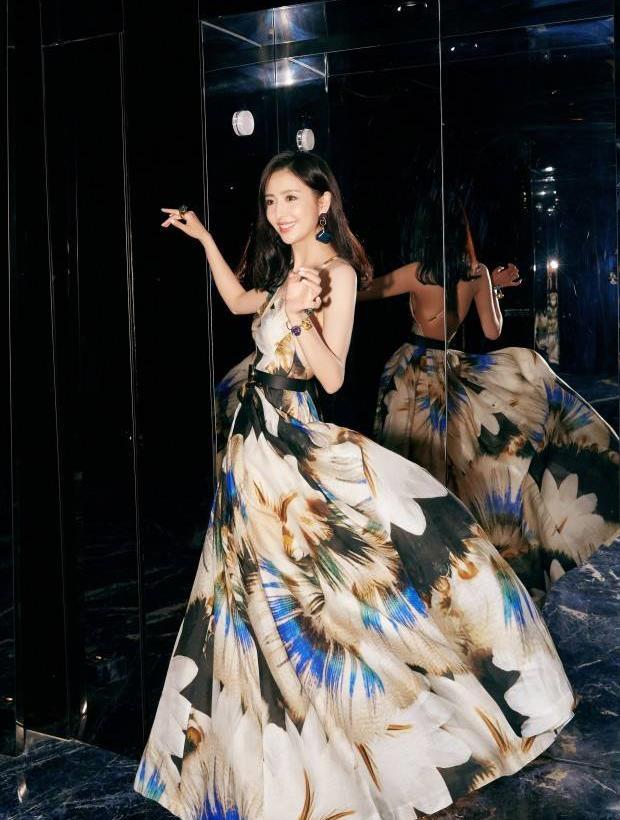 佟丽娅 印花连衣裙 优雅清新 美背吸睛