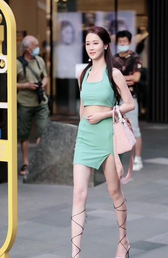 淡绿色方形领口短款背心搭配短裙,清新脱俗