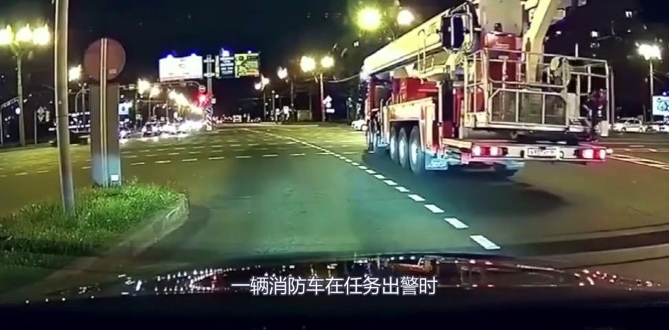 """白色轿车因避让消防车,遭后方车辆""""超速行驶追尾""""!真可怜!"""