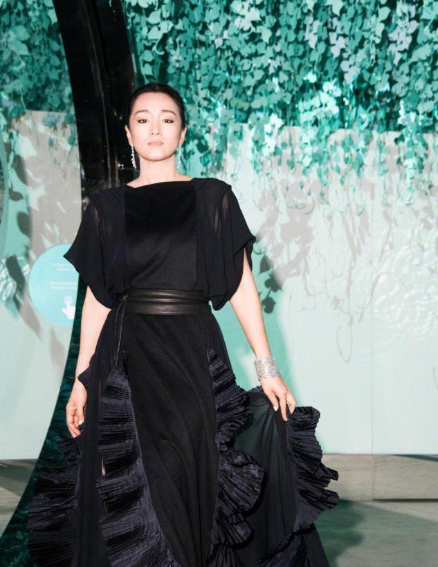 巩俐真不愧是女神,穿黑色连衣裙出席活动高级优雅,很有贵妇范