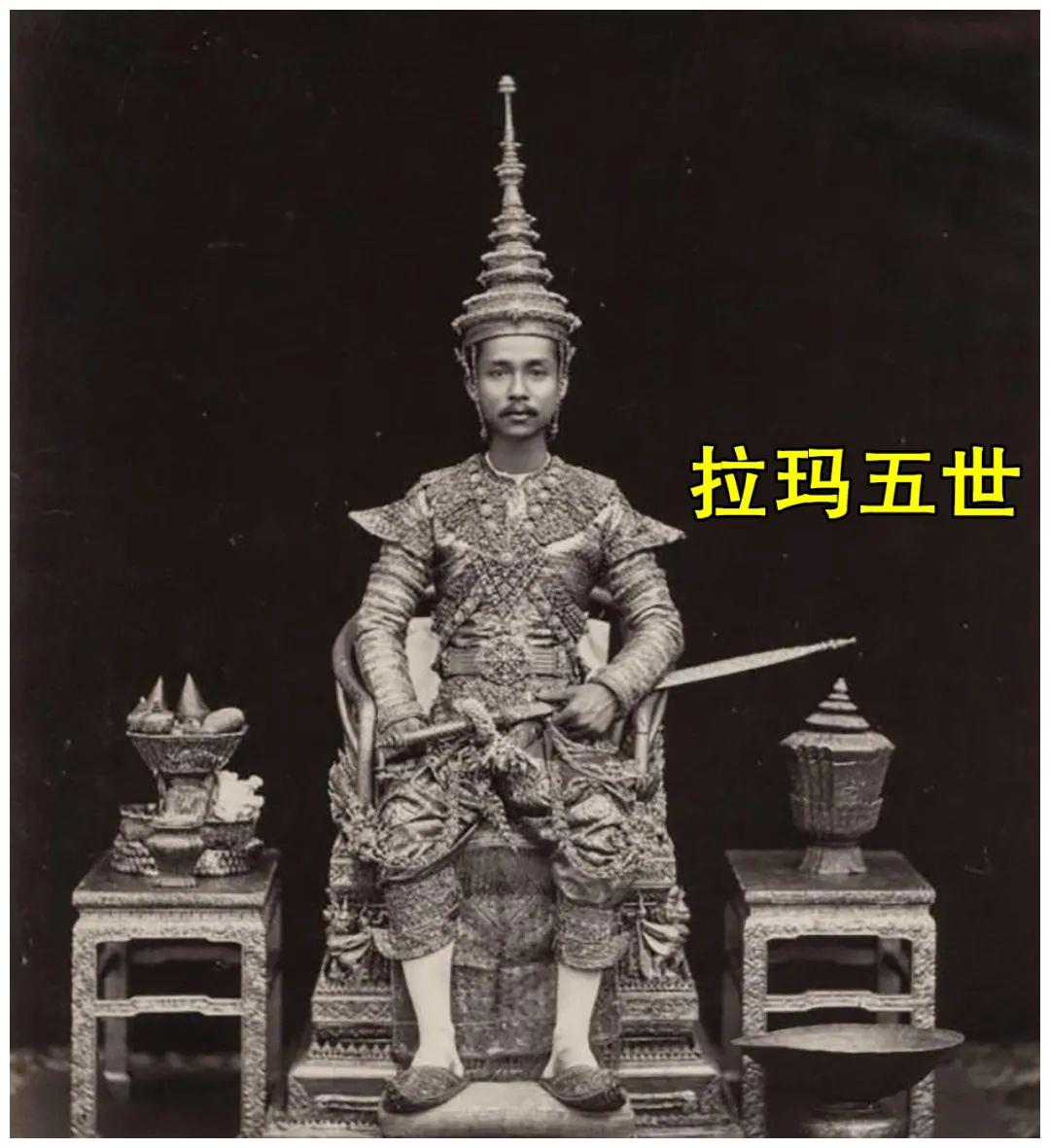 68岁泰王祭拜先祖,要求学生也跪拜先王,还用扣学分来惩罚可真狠