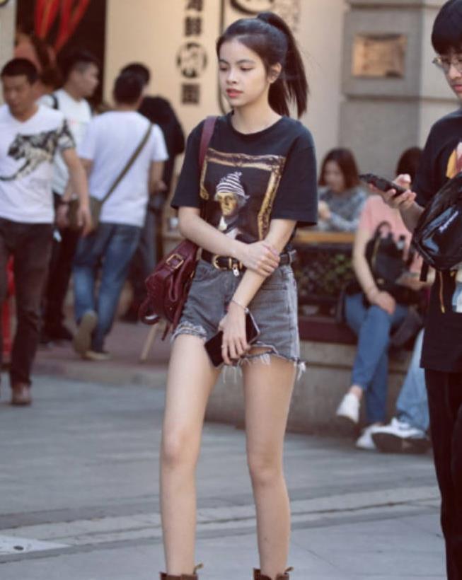 美女街拍:夏日绝配穿搭,清凉简约又时尚,赚足回头率