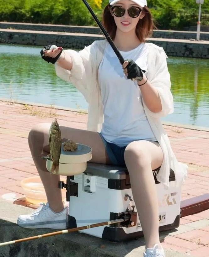 街拍:蓝色卷边牛仔短裤时尚美女,钓鱼还是应该注意坐姿啊