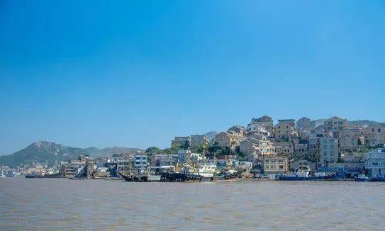 浙江小渔村给石头屋上色,仿佛来到意大利,景色秀丽