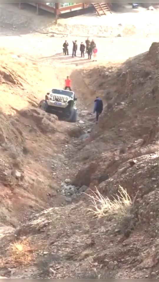 阿拉善英雄会,老司机开越野车过山沟,结局尴尬了