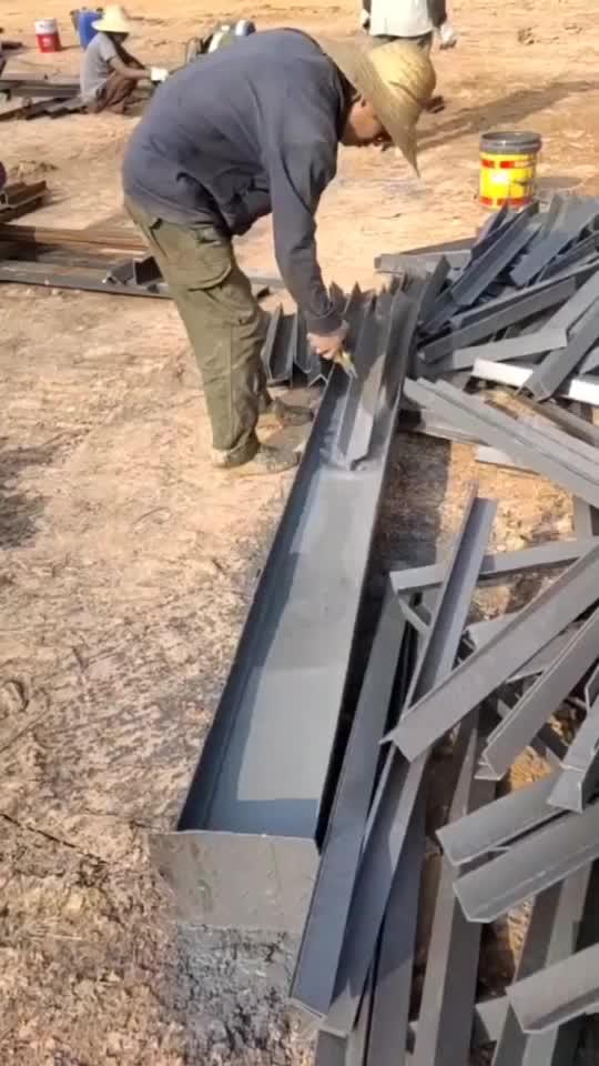 这么多的角钢竟然是这样上漆的真会省事