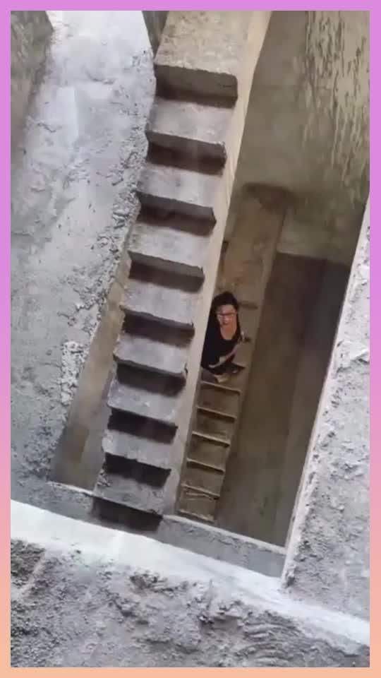 毛坯房的楼梯竟如此狭窄只能一人通过