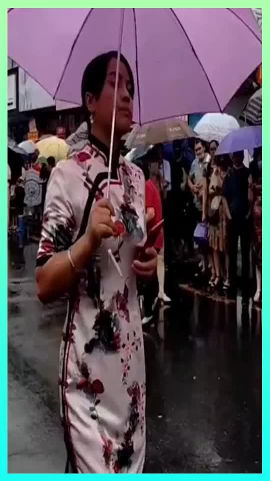 毛坦厂中学陪读家长雨中送考妈妈们穿旗袍送考寓意旗开得胜