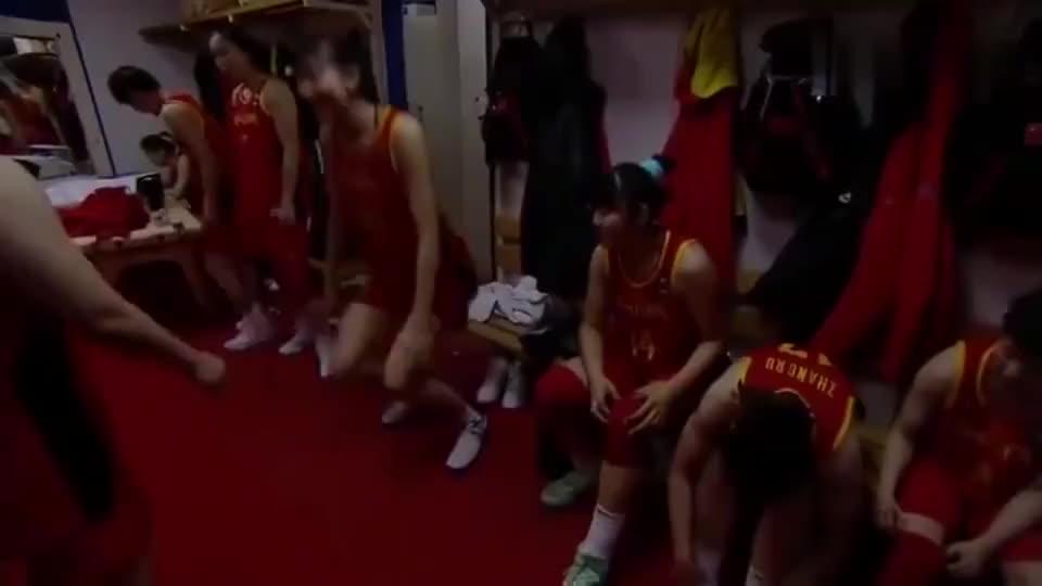 中国女篮击败韩国女篮,更衣室大跳高难度舞蹈,一同欣赏他们舞姿