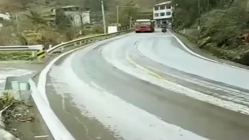 路面结冰了下坡,大货车抓紧踩刹车