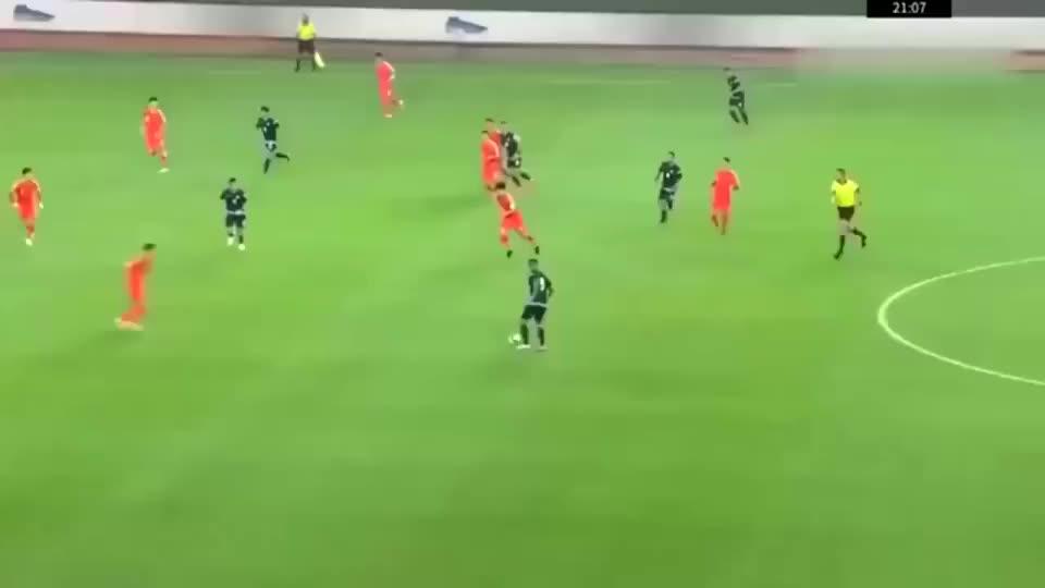 国足快攻蒿俊闵一转身,武磊直接与艾克森开启了冲刺模式