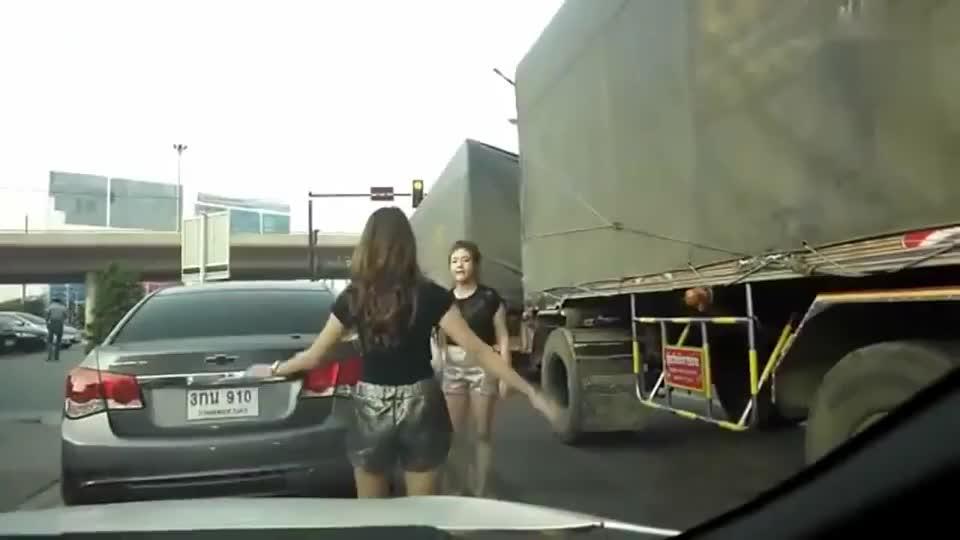 两位女司机高速这搞,还以为是路怒症,这结局戏剧性啊!