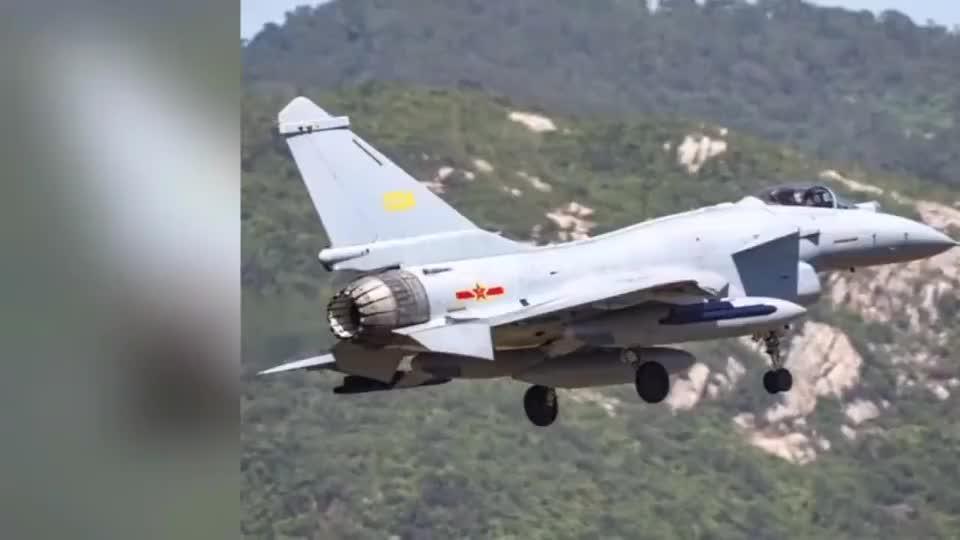 装备矢量发动机的歼10B做各种高难度表演