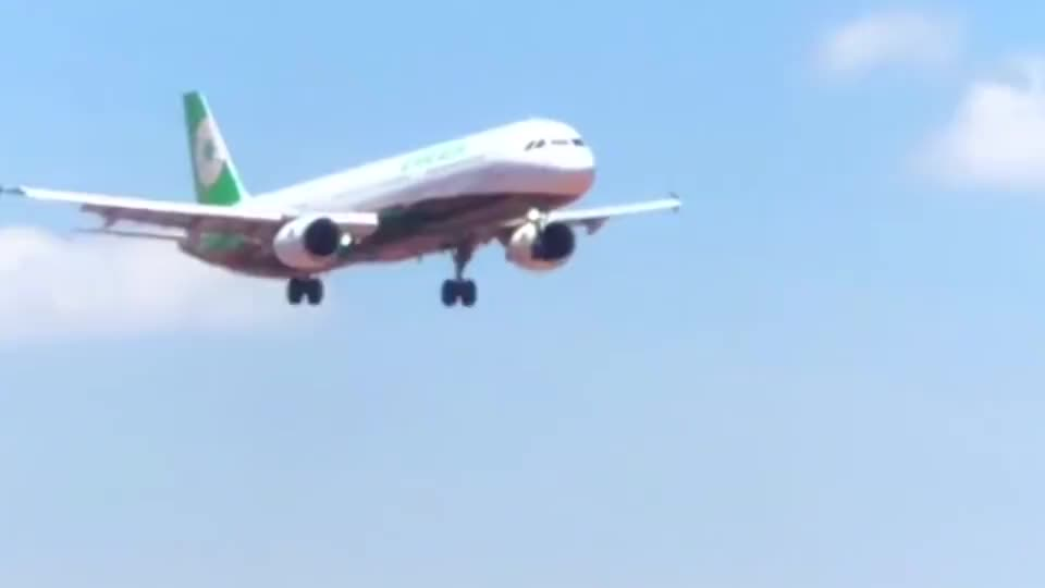 实拍:一架台湾省的飞机降落在厦门高崎机场