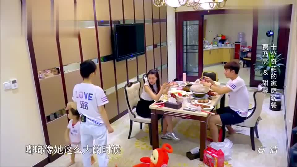 李小璐跟甘薇吐槽甜馨太皮,馨爷自言自语从两人面前走过!
