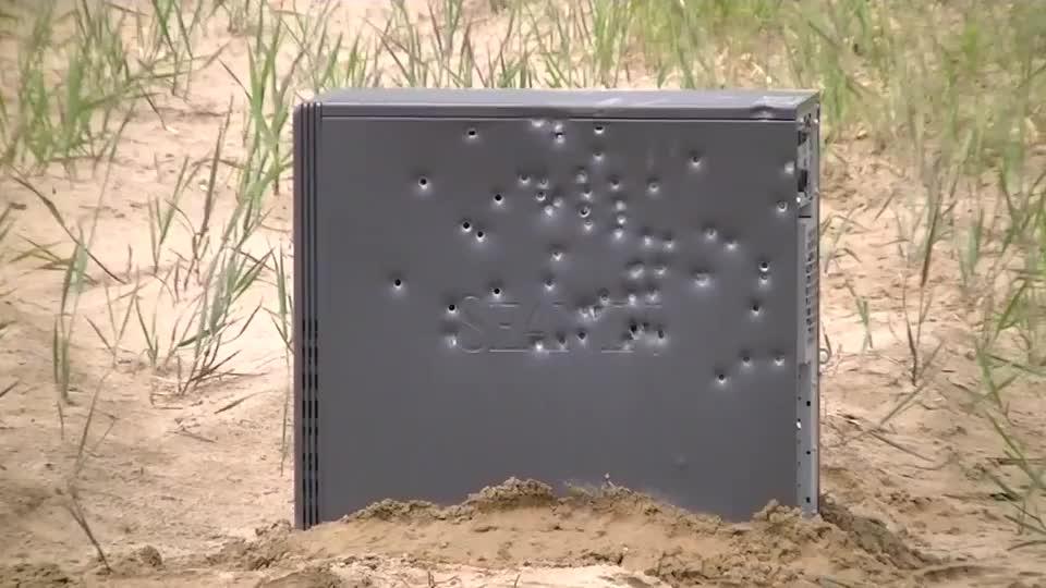 霰弹枪的射击范围有多大?看看这个电脑机箱上的弹孔就知道了
