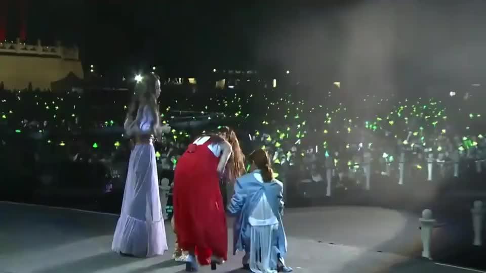 SHE演唱会,Ella带儿子合唱《美丽新世界》