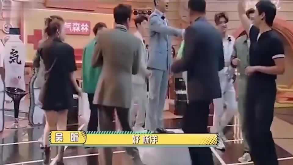 王耀庆和万茜的交情有多好?完全无视吴昕的存在啊,哈哈!