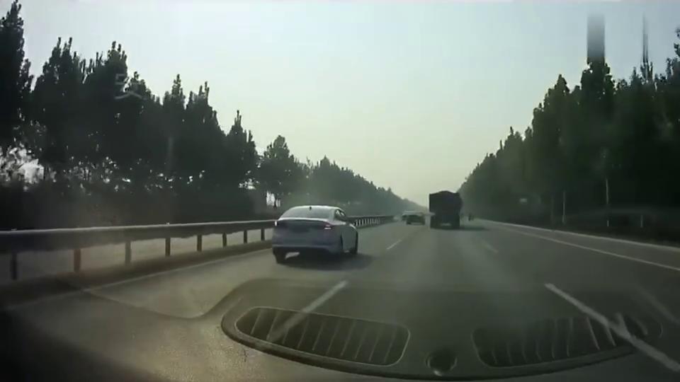 行车记录仪:电动车横穿马路,大货车紧急避让,瞬间爆胎侧翻!