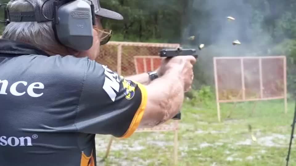 老大爷靶场试射各种步枪、冲锋枪、机枪,应有尽有,样样精通