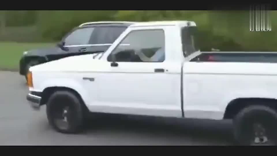 实拍:福特猛禽司机叫嚣身后奔驰SUV,奔驰车主下车,完胜猛禽男