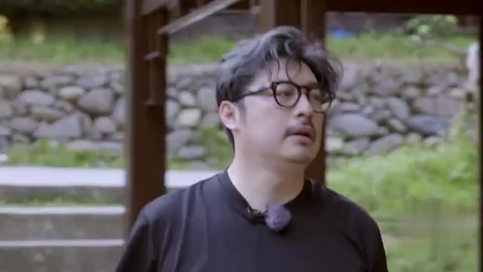 王岳伦劈柴烧火轻车熟路,李湘削芋头就搞笑了,时刻保持优雅!