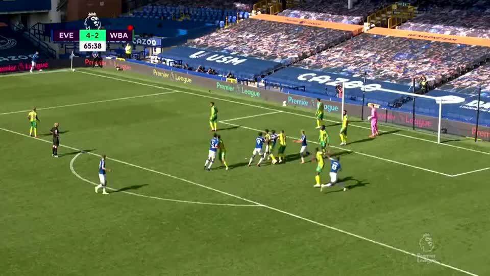 足球经典回顾:勒温接角球传中门前高高跃起狠狠将球砸进球门