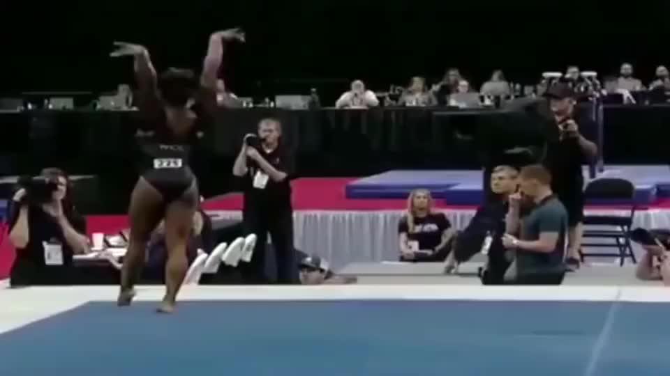 世界女子体操第一人,拜尔斯做出逆天动作,180度大旋空翻