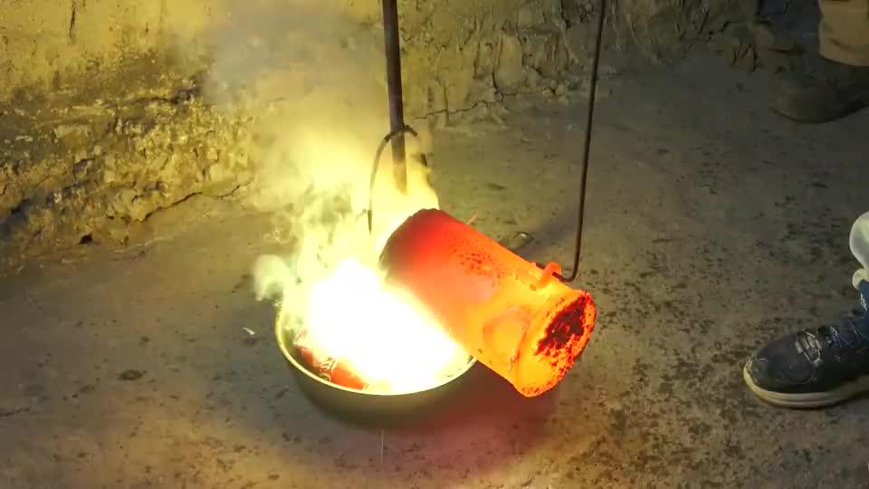 """小哥将1000°熔铜浇在鸡身上,""""烤鸡""""新做法?看得口水直流!"""