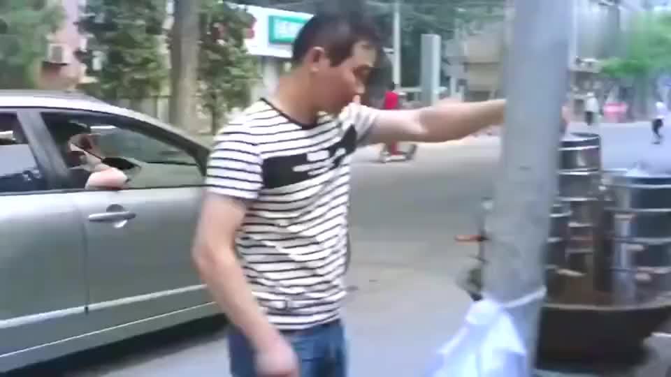 路边摊吃面的李毅碰到车窗抛物,展现世界级脚法