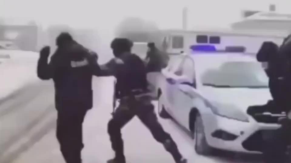 实拍俄罗斯特种兵抓捕嫌犯,总感觉有哪里不对劲?