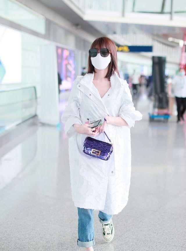 毛晓彤穿白大衣拎小包精致又仙美,架黑超边走边撸袖子气场无敌