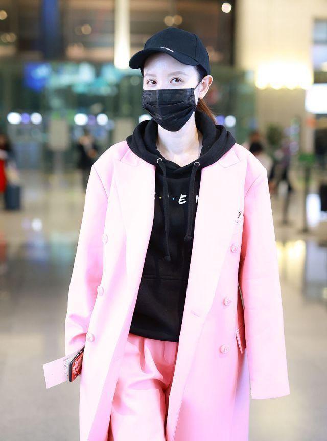张萌对镜比心挥手十分可爱,穿连帽卫衣粉色风衣温柔可人