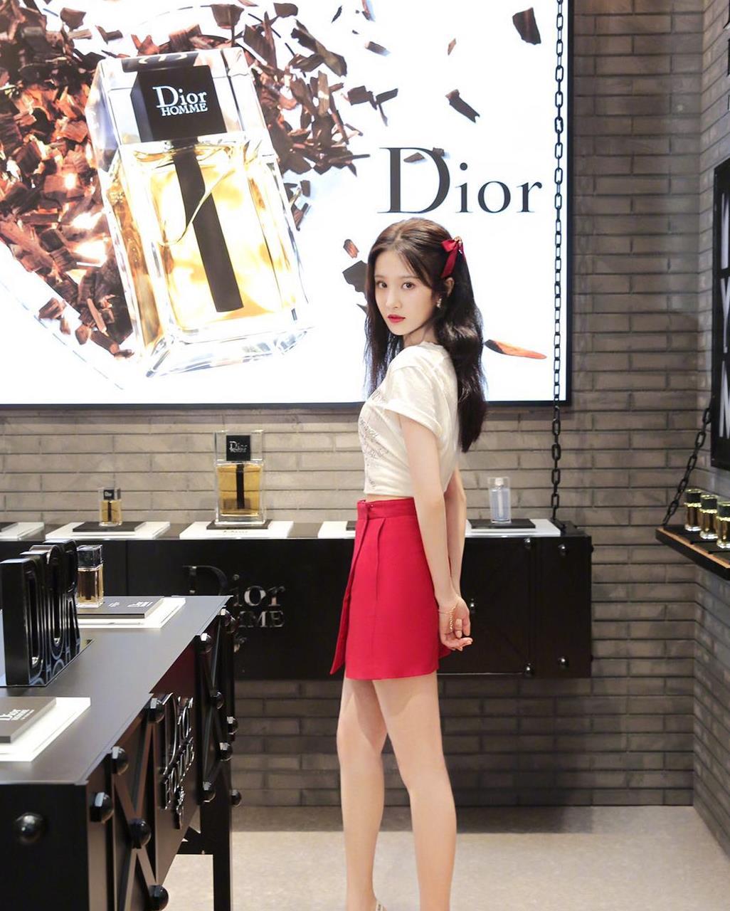 张慧雯穿的白T恤+红色半裙,很有浪漫气息